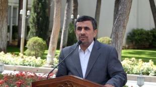محمود احمدی نژاد، ظهر امروز (چهارشنبه) در حاشيه جلسه هيأت دولت، در جمع خبرنگاران مشایی را «فردی صالح و مفید برای کشور» توصیف کرد.