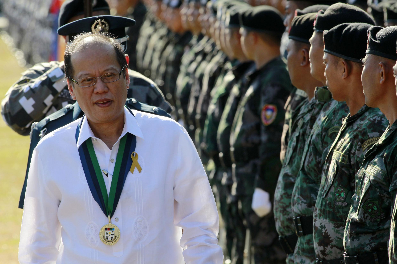 Le président des Philippines Aquino passe en revue des troupes militaires, le 10 mars 2015 à Manille.