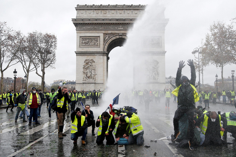 Por enquanto o governo do presidente Macron não sabe como sair do buraco: todo mundo está de acordo de que só um diálogo amplo com a população pode resolver o problema.