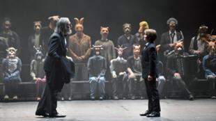 La soprano Chloé Briot (Pinocchio) et le baryton basse Vincent Le Texier (le père) dans l'opéra « Pinocchio » composé par Philippe Boesmans et mise en scène par Joël Pommerat au Festival international d'art lyrique d'Aix-en-Province.