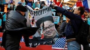 Biểu tình chống lãnh đạo Bắc Triều Tiên và ủng hộ Mỹ, gần đại sứ quán Hoa Kỳ tại Seoul, ngày 26/02/2019.