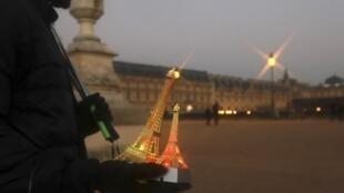 Un vendedor de estatuillas de la Torre Eiffel frente al Louvre, el 29 de diciembre de 2016.