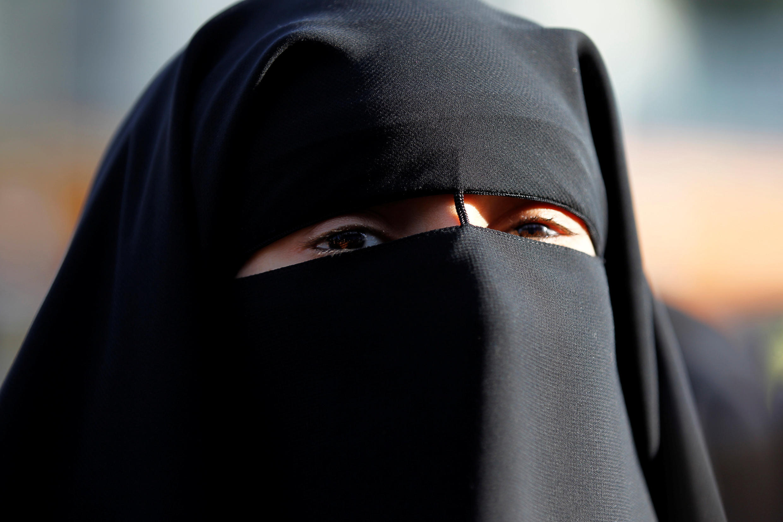 Hind Ahmas usa um niqab (véu islâmico integral), apesar da proibição nacional de cobrir o rosto em lugares público, em Meaux, na França (foto ilustrativa, 2011).