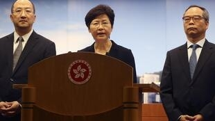 從左至右:香港特首辦主任譚志源,政務司司長林鄭月娥和政制及內地事務局副局長劉江華2014年10月9日出席記者會