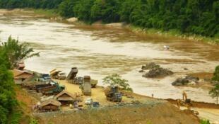 Công trình xây đập Xayaburi vẫn tiển triển đều đặn. Ảnh chụp ngày 17/07/2012.