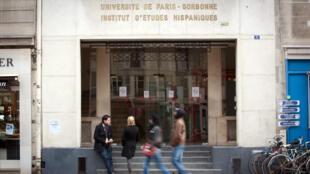 Estudantes em frente ao Instituto de Estudos Hispânicos da Universidade Sorbonne, em Paris.