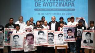AMLO y familiares de los 43 estudiantes desaparecidos, este 26 de septiembre de 2018 en el Museo de la Memoria y Tolerancia, Ciudad de México.