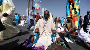 Muçulmanos assitem ao Eid-al-Fitr em Dakar no Senegal, em 24 de maio de 2020
