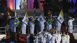 Papa assistiu à celebração da Via Crucis, em Copacabana, na noite desta sexta-feira.