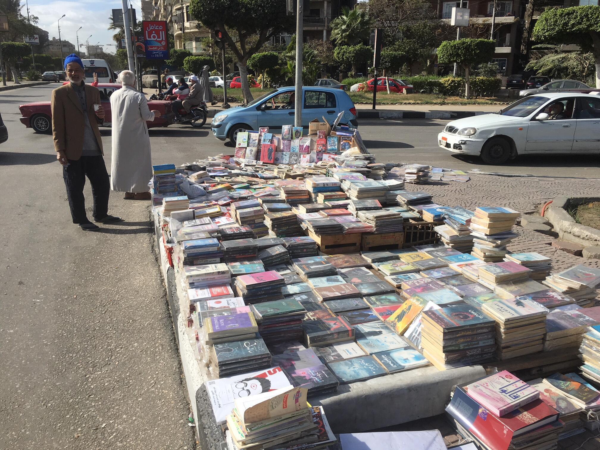 Saad Ibrahim, le libraire à bonnet bleu, surveille son étal de livres sur la place al-Higaz, dans le quartier d'Héliopolis, au nord-est du Caire.