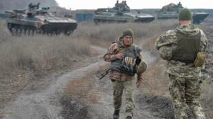 Efectivos de las fuerzas armadas de Ucrania durante la operación de retirada de la línea vecina a los rebeldes separatistas. Ucrania, 9 de noviembre de 2019.