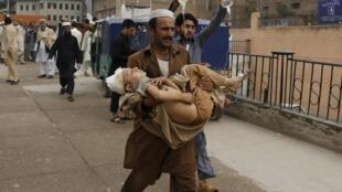 بیمارستان لیدی ریدنگ در پیشاور پاکستان، از جمله مراکزی است که زخمی شدگان در اثر زمین لرزه به آنجا منتقل میشوند.