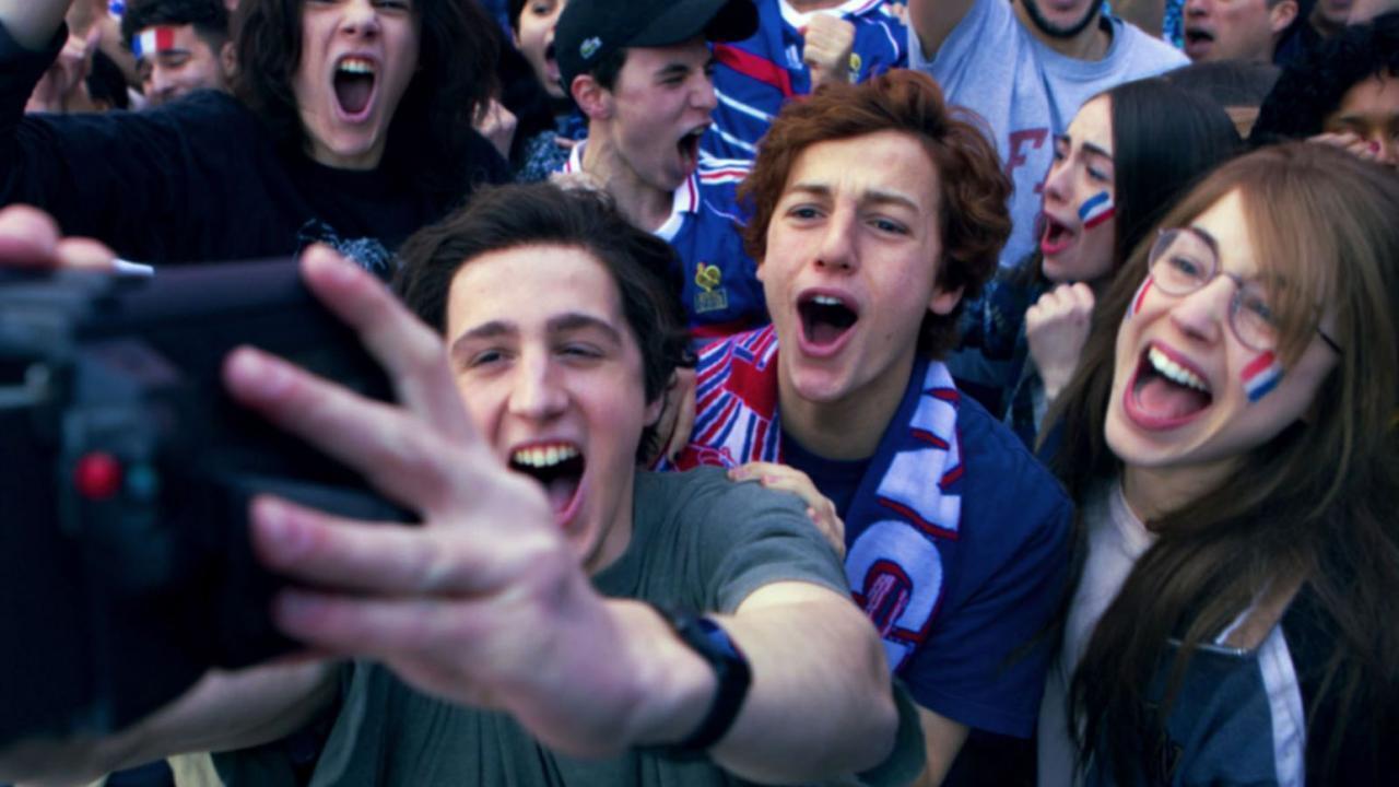 Победа сборной Франции в 1998 г. Кадр из фильма «Жизнь на перемотке»