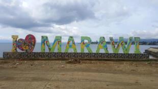 « I Love Marawi », criblé d'impacts de balles face au Lac de Lanao.
