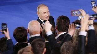 Медведев заявил, что «в текущей ситуации» Путину «правильно опираться на самые широкие слои граждан»