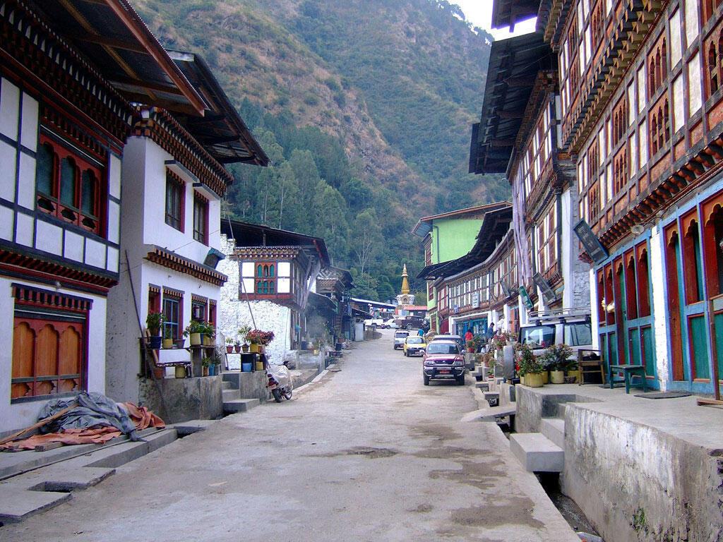 La rue principale de la ville de Trashigang au Bhoutan le 2 janvier 2008.