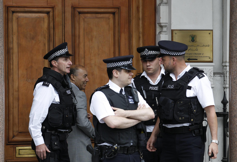 Британская полиция перед входом в посольство Ливии в Лондоне 27/07/2011