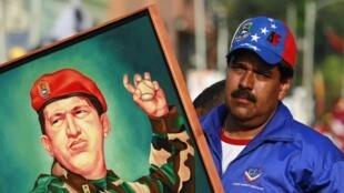 Mgombea Urais wa Venezuela, Hugo Chavez akiwa na picha ya marehemu Hugo Chavez