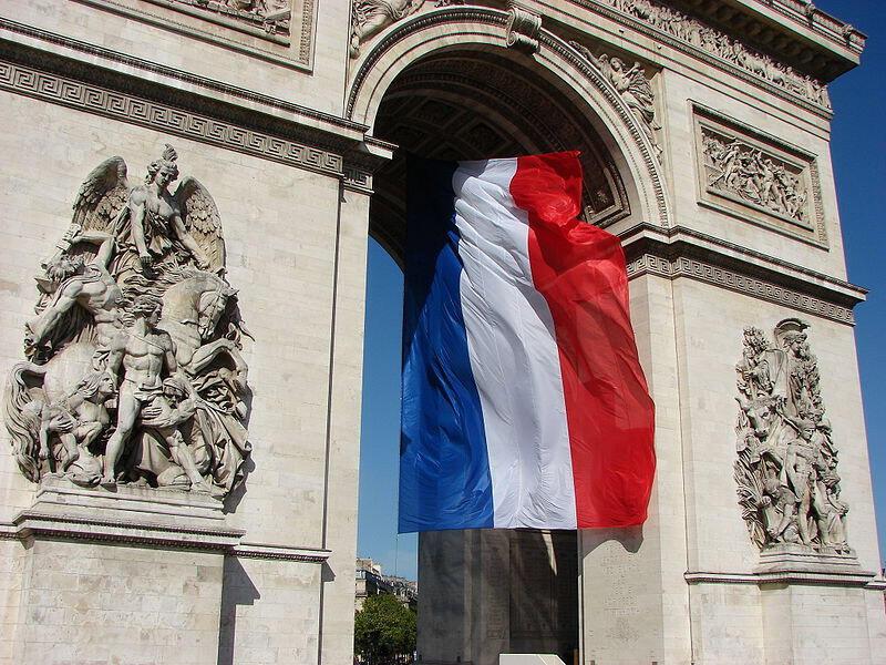 O Arco do Triunfo e a bandeira francesa.