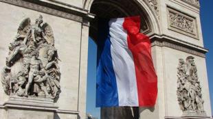 L'Arc de Triomphe avec les couleurs du drapeau.