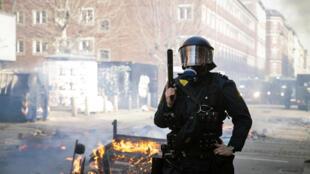 哥本哈根Norrebro區發生反移民和支持移民暴力示威2019年4月14日