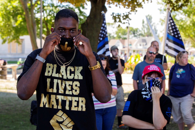 Un manifestant de Black Lives Matter face aux manifestants du mouvement Blue Lives Matter, qui supporte la police, à Kenosha le 30 août 2020.