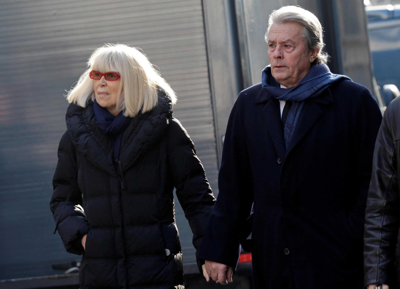Nữ diễn viên Mireille Darc và nam tài tử Alain Delon, cặp đôi vang bóng một thời của điện ảnh Pháp. (Ảnh chụp tại Paris 04/03/2011)