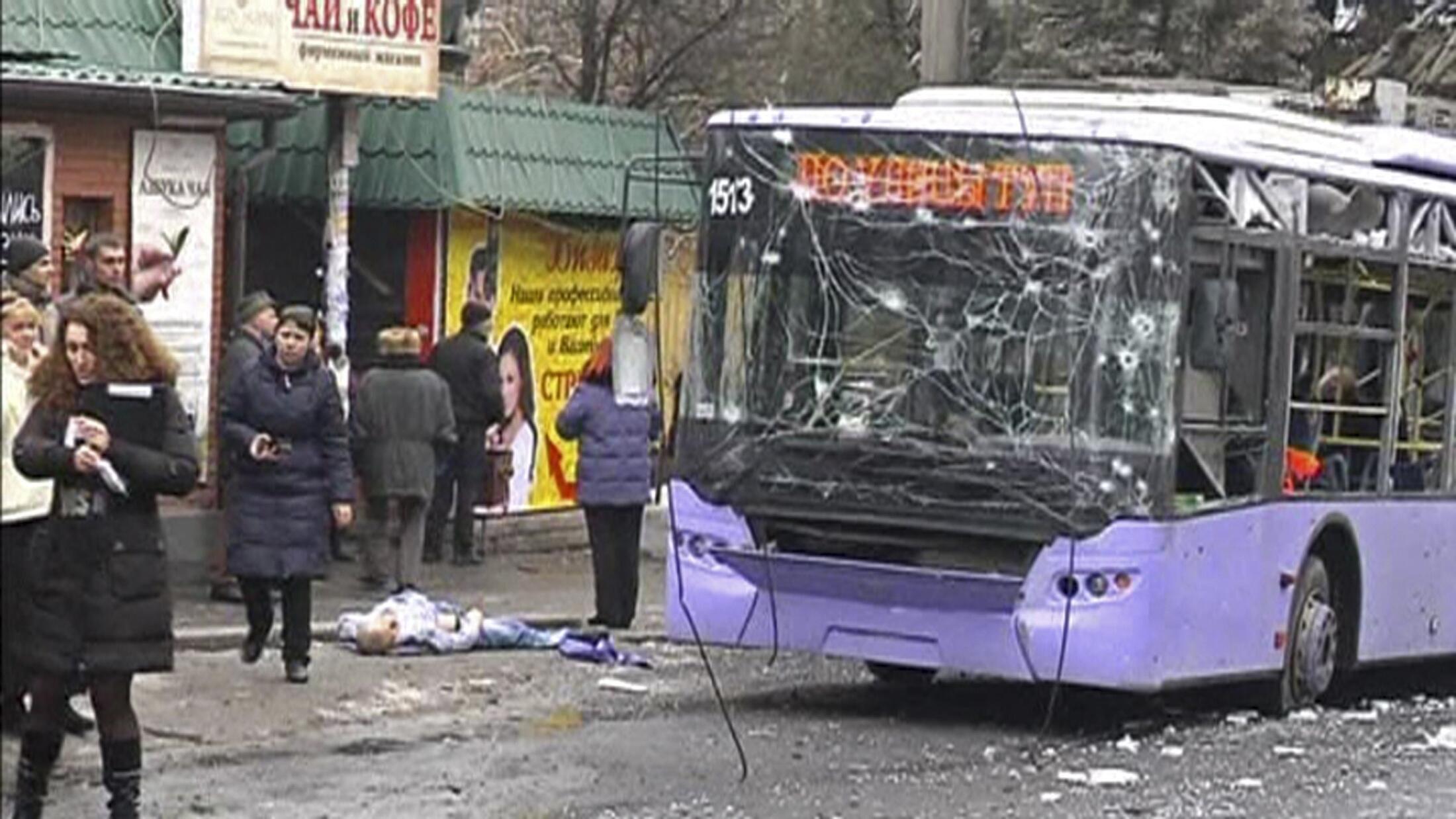 Um ônibus elétrico foi atingido por um morteiro em Donetsk, no leste separatista, deixando 13 mortos