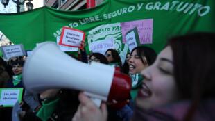 Manifestantes pro aborto a las fueras del Ministerio de Educación en Chime. Julio 2018.