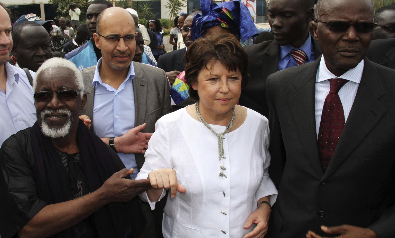 Martine Aubry avec Ousmane Tanor Dieng (D),  leader du Parti socialiste sénégalais, à Dakar, le 9 février 2011.