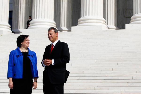 Jaji Elena Kagan anaongea na Jaji Mkuu wa Mahakama Kuu ya Marekani John Roberts nje ya Mahakama Kuu baada ya sherehe ya uzinduzi Washington, DC, Oktoba 1, 2010.