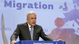 O grego Dimitris Avramopoulos, comissário europeu para a Imigração durante coletiva nesta quarta-feira (27) em Bruxelas.