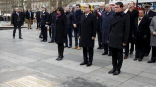 Rais Hollande, Waziri Mkuu Manuel Valls na Meya wa mji wa Paris Anne Hidalgo, Jumapili hii, Januari 10, 2015 mbele ya mnara wa kumbukumbu wa eneo la Jamhuri, Paris.