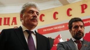 Ông Pavel Groudinine (T), ứng cử viên tổng thống của đảng Cộng Sản Nga, đi thăm Bảo tàng Stalin ngày 25/01/2018.