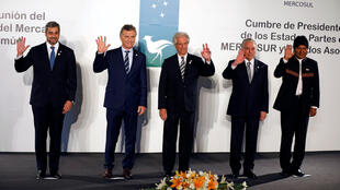 Los presidnete de Paraguay, Argentina, Uruguay, Brasil y Bolivia posan durante la cumbre del Mercosur en Montevideo, el 18 de diciembre de 2018