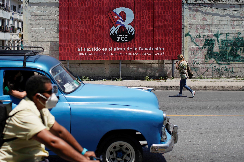 Panneau publicitaire du 8e congrès du Parti communiste de Cuba qui dit: «Le Parti est l'âme de la Révolution» à La Havane, Cuba, le 16 avril 2021.