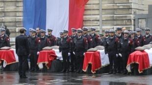 """روز سهشنبه ٨ اکتبر/١۶ مهر، رئیسجمهوری فرانسه که توسط نخستوزیر همراهی میشد، در مقابل چهار تابوتی که در حیاط بزرگ ادارۀ مرکزی پلیس پاریس قرار گرفته بودند، سخنرانی کرد و گفت: """"آنان زیر ضربات یک اسلام انحرافی (تحریفشده) از پا درآمدند که جز مرگ چیزی نمیآو"""