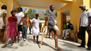 Un patient amputé d'une jambe quitte l'hôpital Bernard Mueze de Port-au-Prince, le 30 janvier 2010.