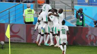 Les Sénégalais exultent après le but décisif de Moussa Wague