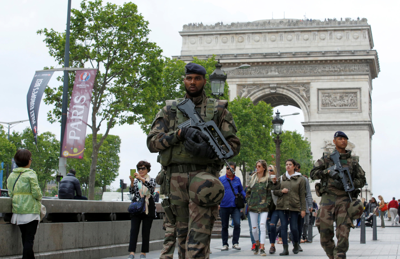 Policiais e militares estão em alerta nas ruas de Paris para a final da Eurocopa.