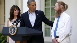 Entre os pais do sargento Bowe Bergdahl, refém de talibãs há cinco anos, Barack Obama anuncia acordo de troca de presos