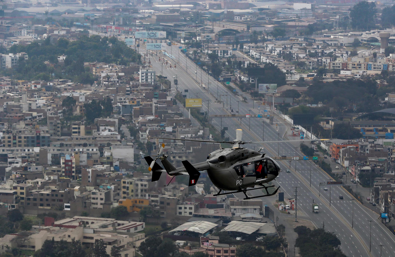 Imagen difundida por el Ministerio de Defensa peruano que muestra un helicóptero que transporta a autoridades inspeccionando las calles vacías del distrito de San Juan de Lurigancho, luego de que el gobierno restableció el toque de queda del domingo y prohibió las reuniones sociales familiares en Lima, el 16 de agosto de 2020.
