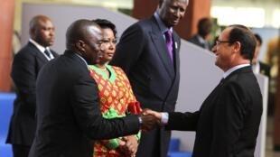 Франсуа Олланд приветствует президента ДРК Жозефа Кабилу во время саммита Франкофонии в Киншасе 13/10/2012