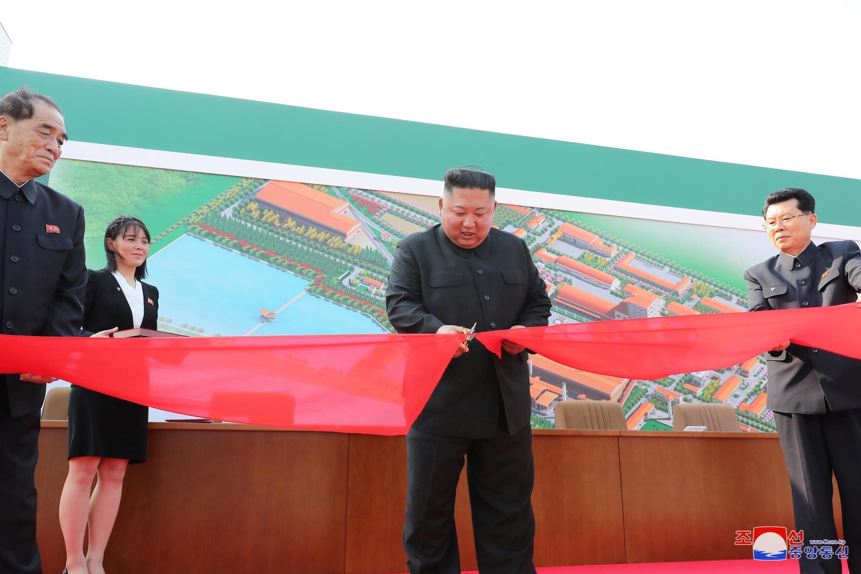 Kim Jong-un azindua kiwanda cha mbolea Mei 2, 2020. Picha iliyotumwa na shirika la habari la serikali la KCNA (Korean Central News Agency).