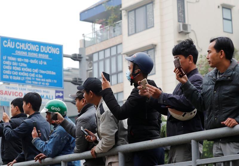 Ảnh minh họa. Người dân ghi hình một sự kiện tại Hà Nội hôm 26/02/2019.