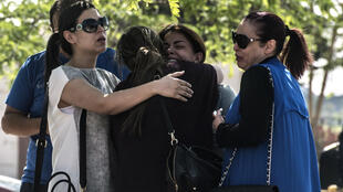 Familiares dos passageiros do voo EgyptAir junto ao Aeroporto do Cairo