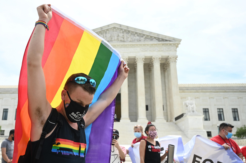 Верховный суд США вынес решение, согласно которому федеральный закон о запрете дискриминации на рабочем месте 1964 года распространяется на гомосексуалов и трансгендеров.