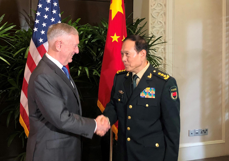 Bộ trưởng Quốc Phòng Mỹ Jim Mattis (T) và đồng nhiệm Trung Quốc Ngụy Phượng Hòa găp gỡ tại Singapore, bên lề hội nghị bộ trưởng Quốc Phòng ASEAN, ngày 18/10/2018.