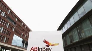 Logo da AB InBev na sede da companhia em Leuven, na Bélgica