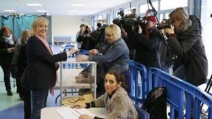 Marine Le Pen votou na manhã deste domingo em Henin-Beaumont.